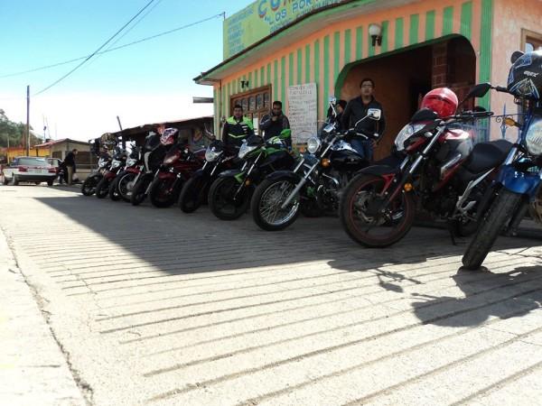 Aqui alineaditas las motos enfrente del comedor en Cuajimoloyas