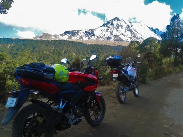 Nevado de Toluca al Fondo, una moto Doble Propósito y otra Citadina