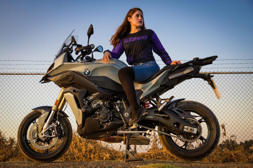Una motocicleta deportiva con capacidad para turismo