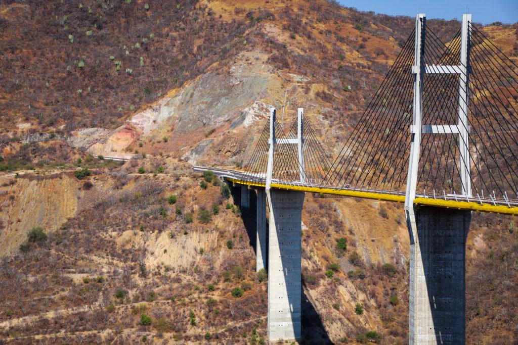 Puente atirantado de 911 m  de largo a 116 m sobre el río Balsas, el 2do más alto de México